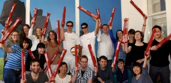 Das Team von Opodo unterstützt die Beachvolleyballer Köhler/Lohmann lautstark!