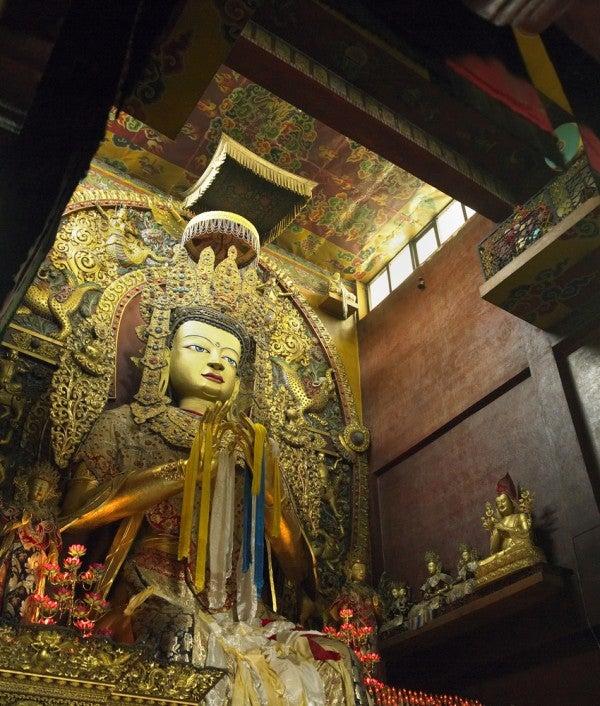 Wissenswertes-über-Nepal-goldener-Buddha-im-Bouddhanath-Kloster-Kathmandu