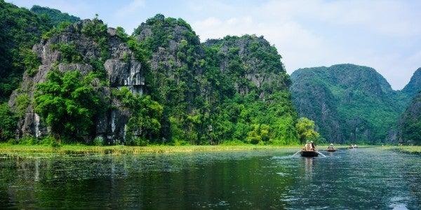Der Fluss Ngô Đồng in der Landschaft Trang An in Vietnam