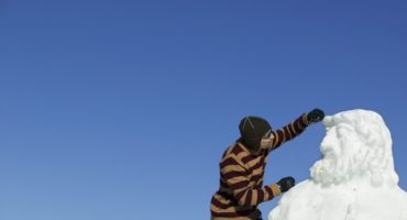 Schneeskulpturen zum Thema Dolomiten – Künstler gehen ans Werk