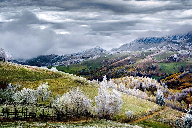 rumänien, berge, bäume, felder himmel, wolken, Eduard Gutescu / National Geographic Traveler Photo Contest