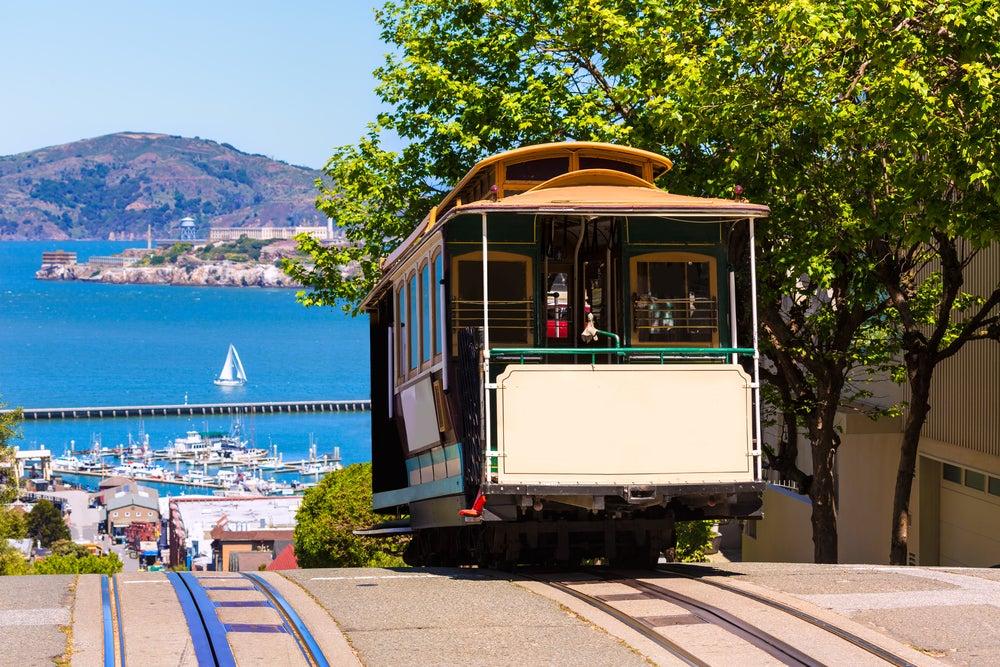 Die berühmten Cable Cars erklimmen in San Francisco die mitunter sehr steilen Straßen