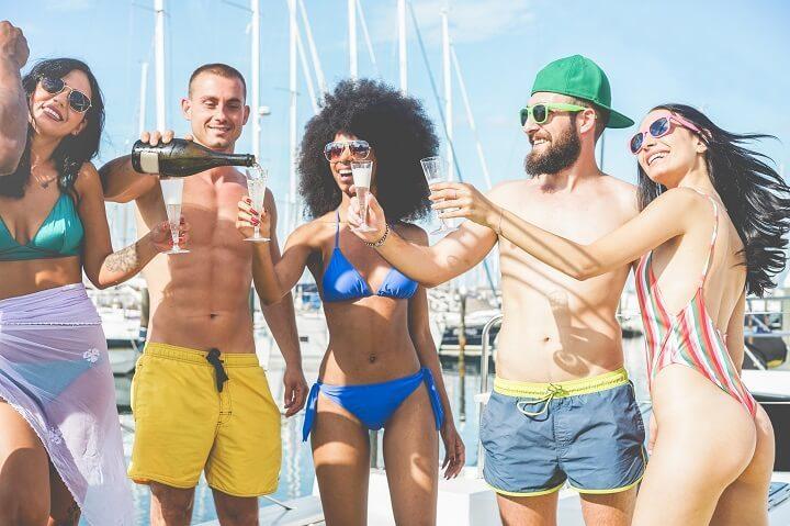 jeunes fête champagne Ibiza - blog Opodo