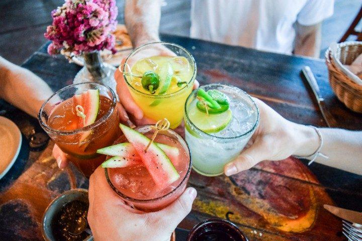 mit den mädels cocktail trinken in madrid